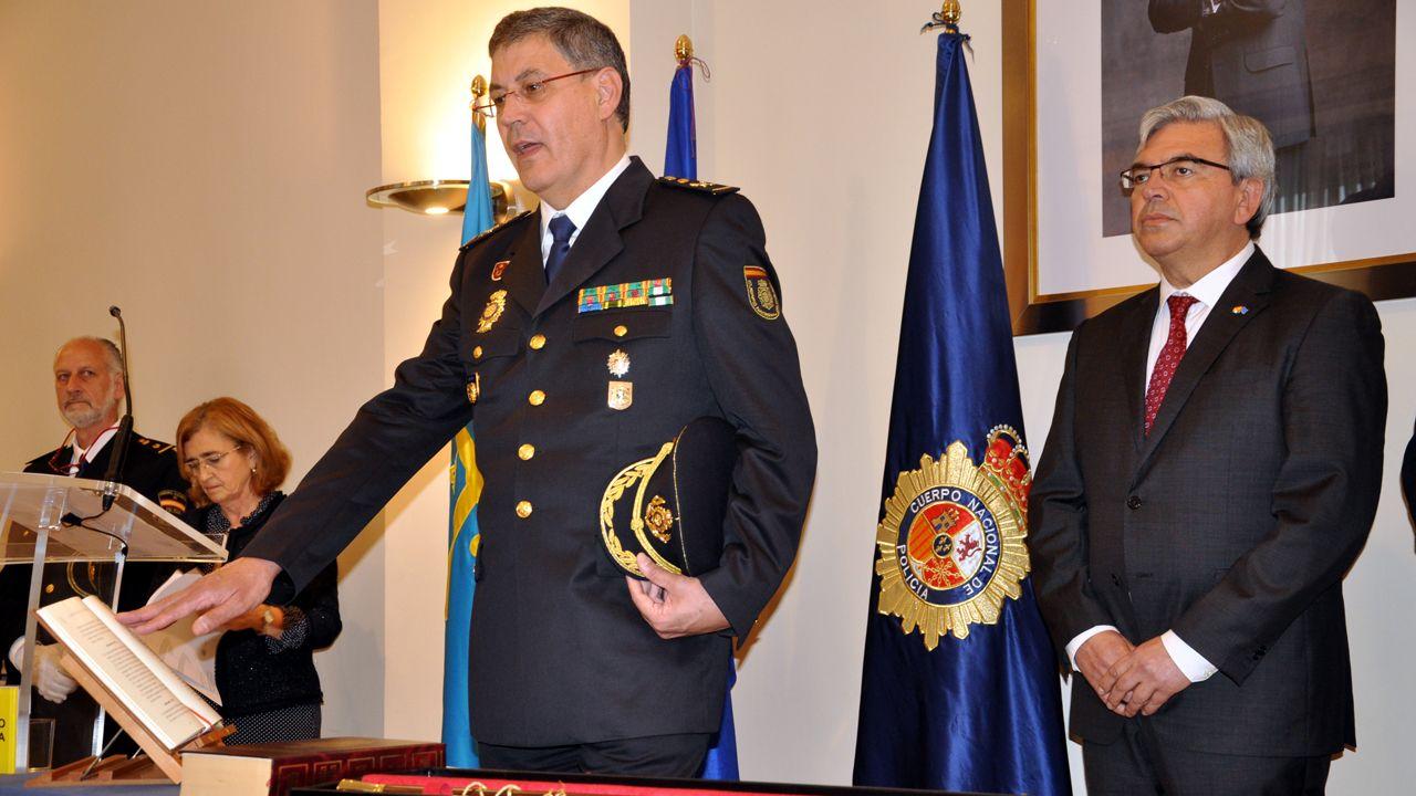 El jefe de Policía de Asturias, Juan Jesús Herranz, jura el cargo. Detrás, el delegado del Gobierno en Asturias, Mariano Marín