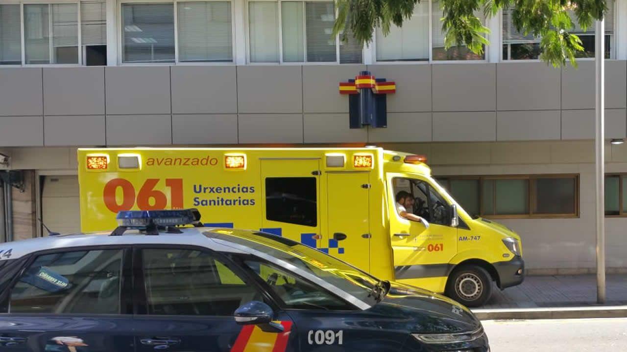Ambulancia en el exterior de la comisaría de policía de Pontevedra