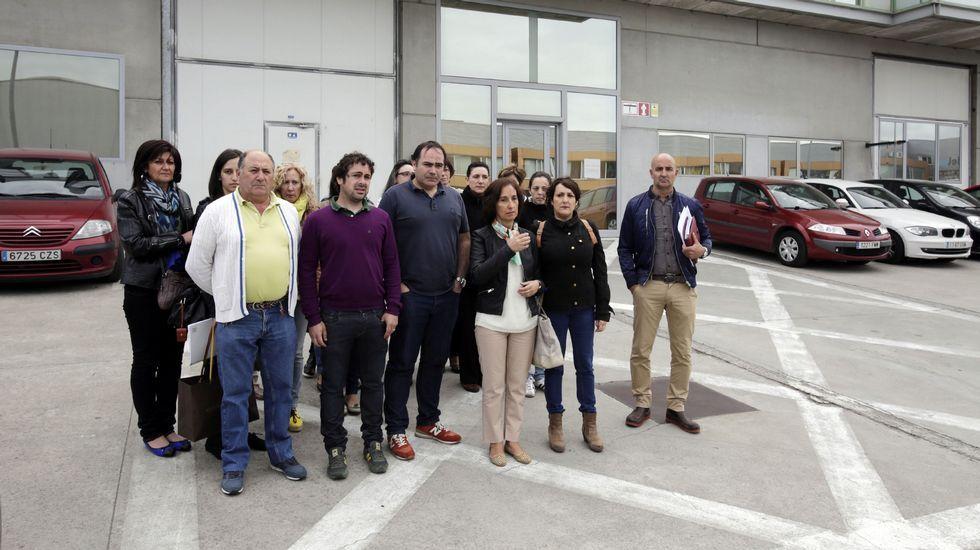 Protesta de los trabajadores de Adolfo Domínguez.Primera concentración en San Cibrao. Un grupo de operarios se concentraron frente a una de las naves del polígono para mostrar su rechazo al ERE que afectará a 144 trabajadores.