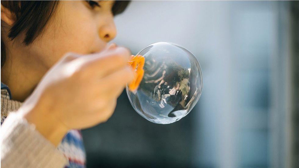 teléfono móvil, conductor, volante.pie: Sobreproteger a los hijos resguardándolos en una burbuja no es educar