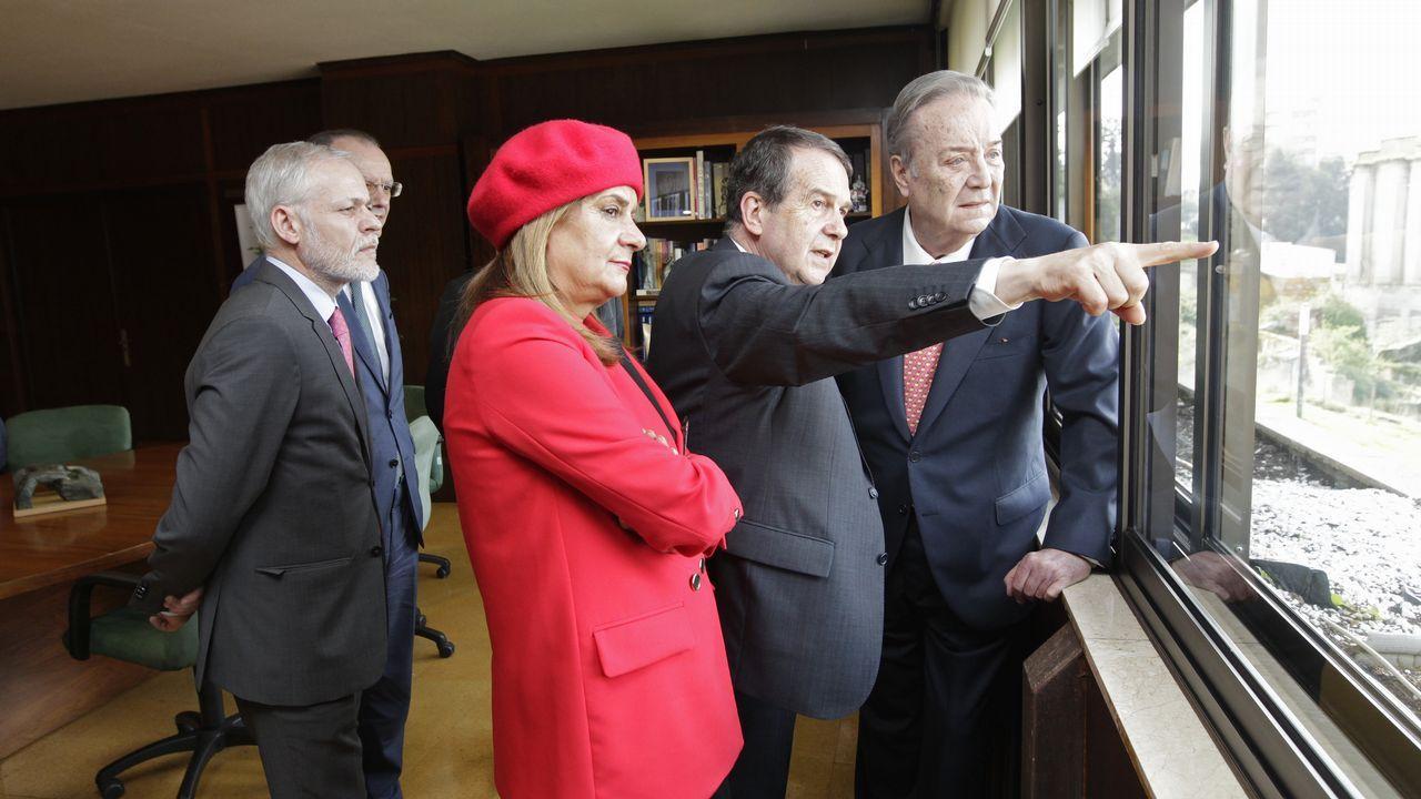 Caballero muestra a Santiago Rey las vistas, a las islas Cíes, desde el despacho del alcalde en el edificio del Concello de Vigo