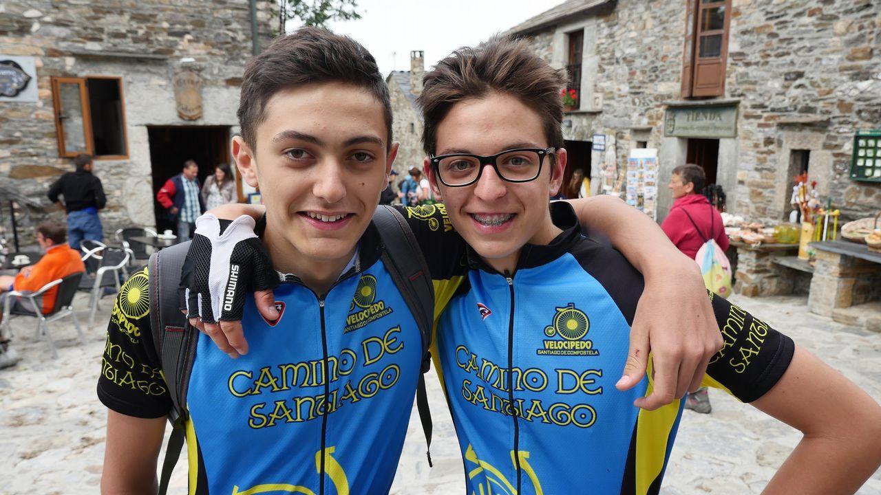 .Dos amigos de Bilbao en O Cebreiro. Ellos también quieren llegar en bici al Obradoiro