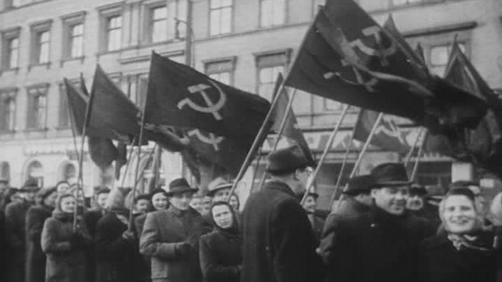 Varios comunistas portando banderas por las calles.Varios comunistas portando banderas por las calles