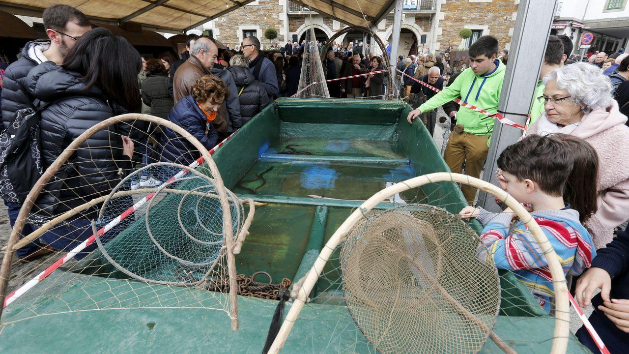 Una barca llena de agua con anguilas vivas llamó la atención de los visitantes en Portomarín