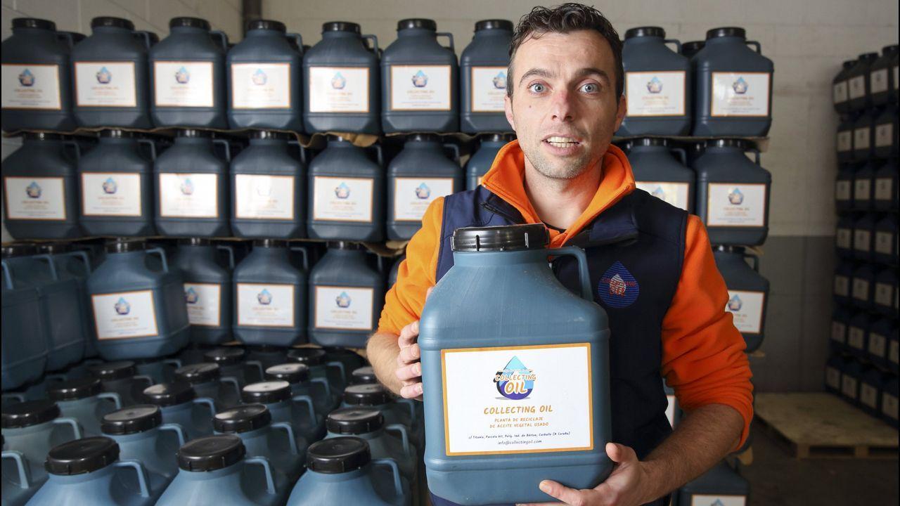 Roberto Recarey, de Collecting Oil, con una botella como la que han repartido por los domicilios