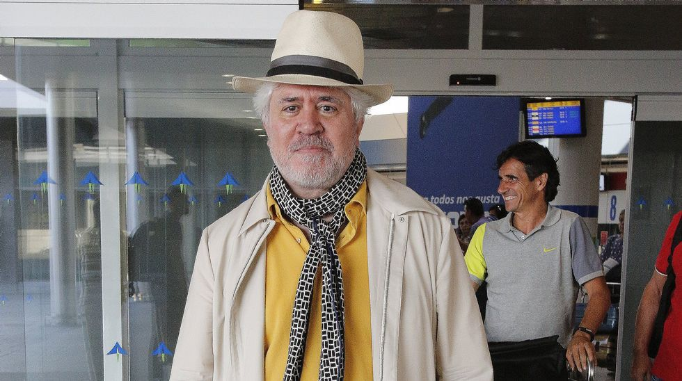 Almodóvar llegando a Alvedro para rodar en Galicia.