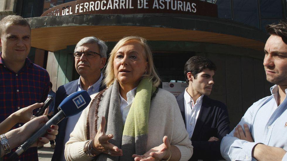 Mercedes Fernández conversa con las socias de Mujeres Siglo XXI en en Besullo (Cangas del Narcea).Mercedes Fernández, en Gijón