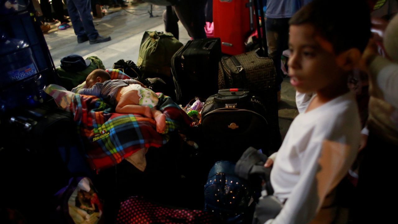 .Dos niños venezolanos en la frontera de Perú