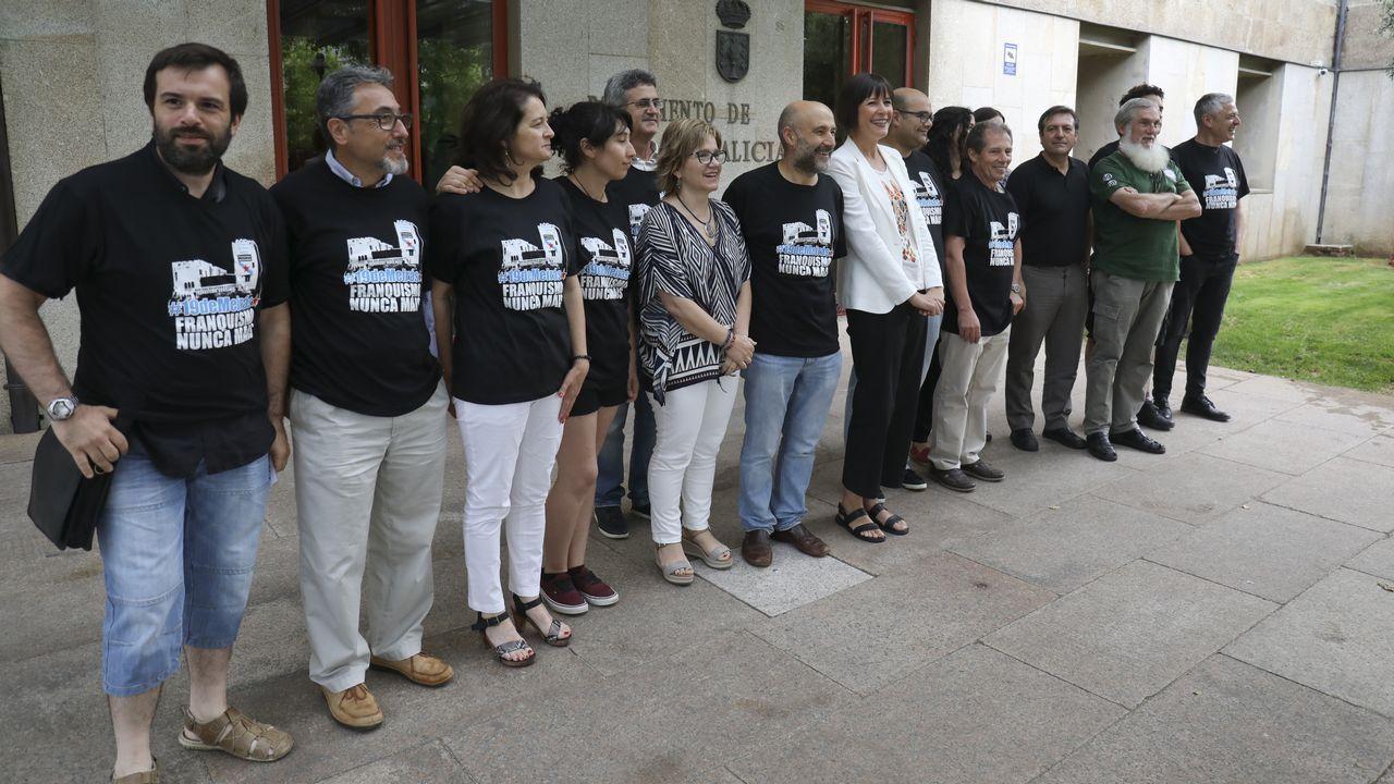 .Los miembros del BNG que ocuparon Meirás simbólicamente el pasado 30 de agosto y que fueron denunciados por los Franco asistieron este miércoles al pleno en O Hórreo. Las 19 personas se hallan ahora encausadas por allanar una propiedad privada.