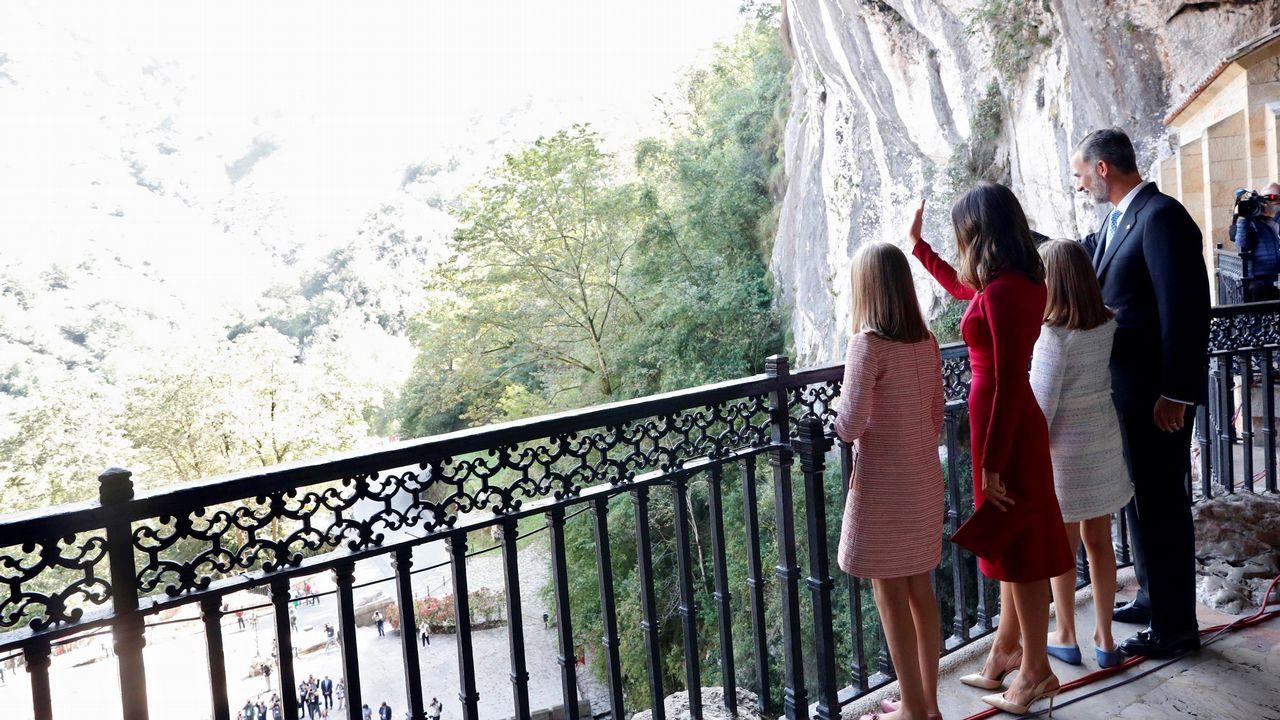 Los reyes Felipe y Letizia, la princesa Leonor (2ªd) y la infanta Sofía (i) saludan al público desde la Santa Cueva donde está situada la Santina donde conmemoran el primer Centenario de la Coronación de la Virgen de Covadonga