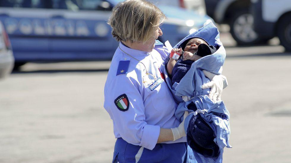 Llegada de los inmigrantes que sobrevivieron al naufragio frente a Italia