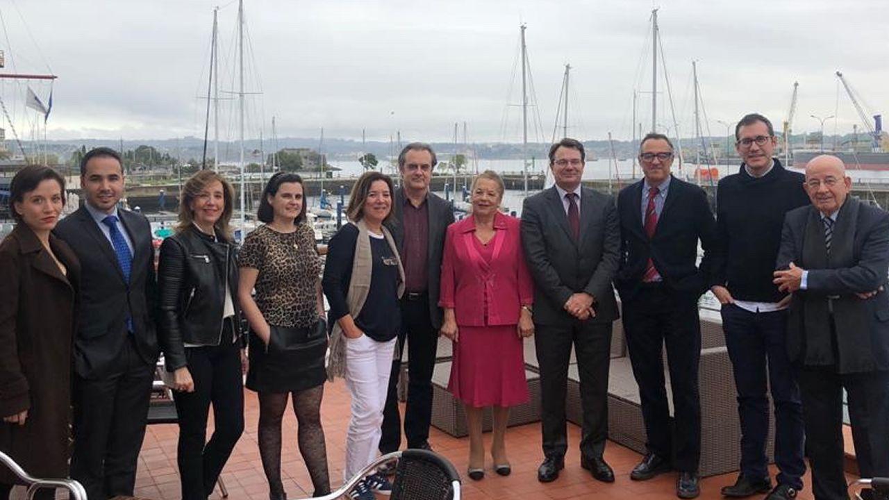 Las fotos del Las Palmas - Deportivo.Natalia Lamas (en el centro), presidenta de Amigos de la Ópera de A Coruña, con miembros de la junta directiva de Ópera XX1