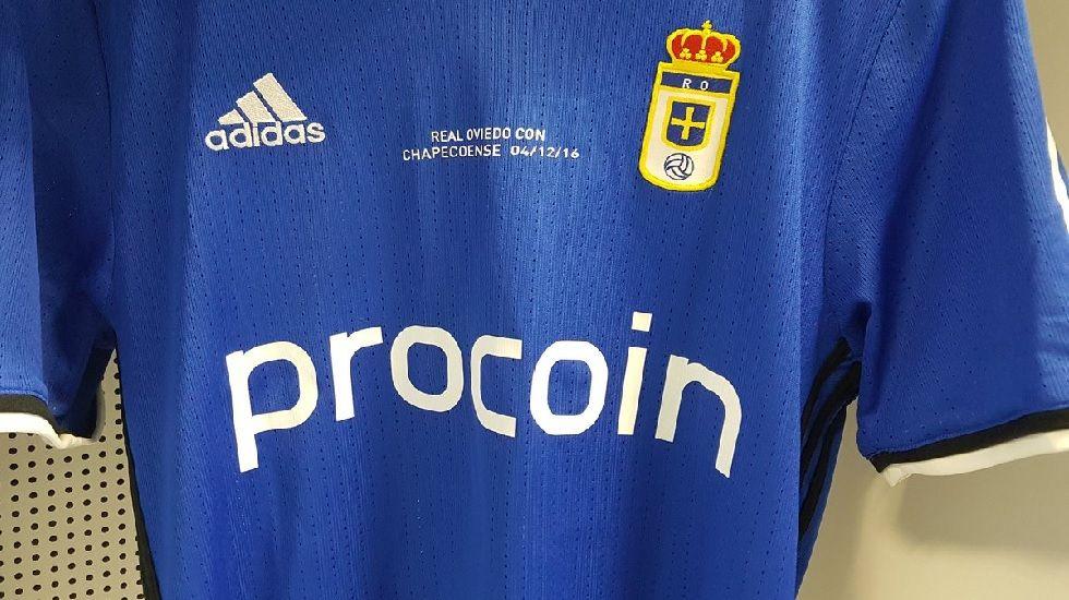 .La camiseta del Oviedo con una cita en honor a los miembros del Chapecoense fallecidos esta semana