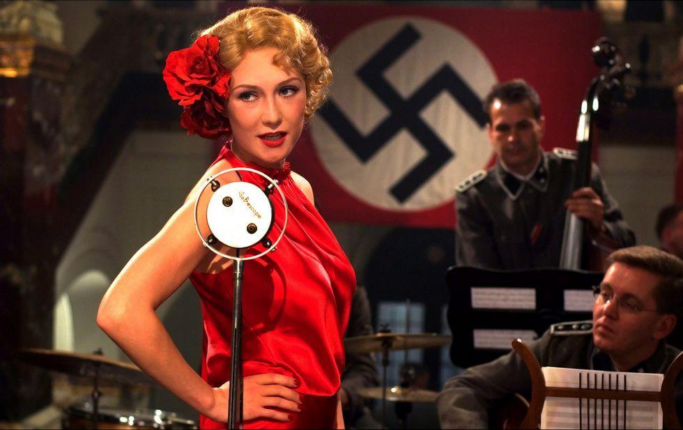 .En «El libro negro» una joven judía se infiltra entre los nazis para liberar a unos partisanos.