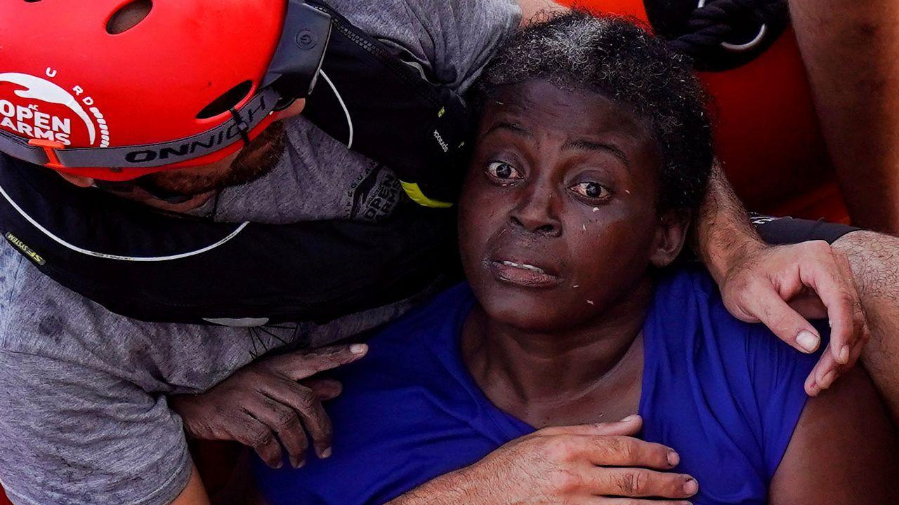 Cientos de inmigrantes cruzan la valla de Ceuta.Una socorrista intenta calmar a Josepha, traumatizada después de 48 horas a la deriva