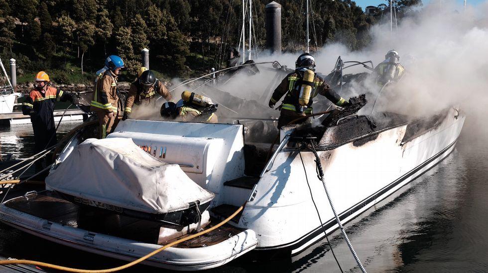 Bomberos y Guardia Civil apagaron las llamas en el barco de Michel Salgado.Salón con sofás, cocina americana, televisión y galería unida a popa.