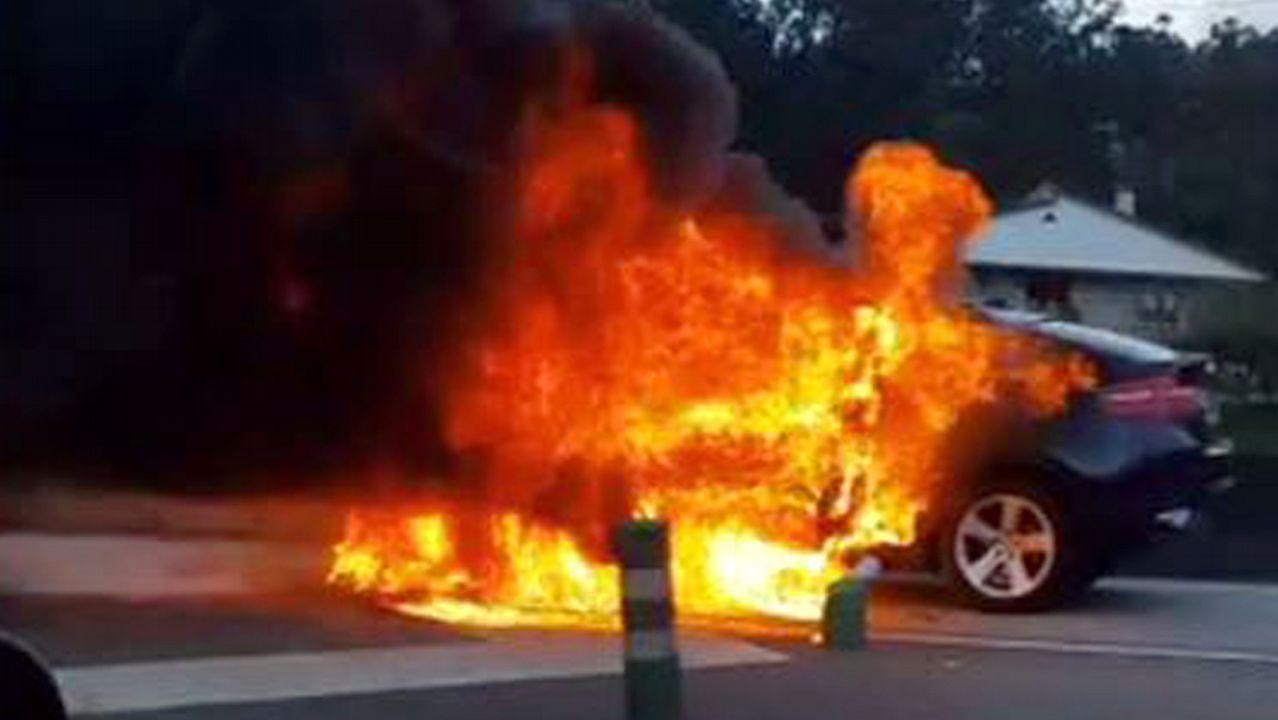 Coche ardiendo en la autovía A55 en Puxeiros