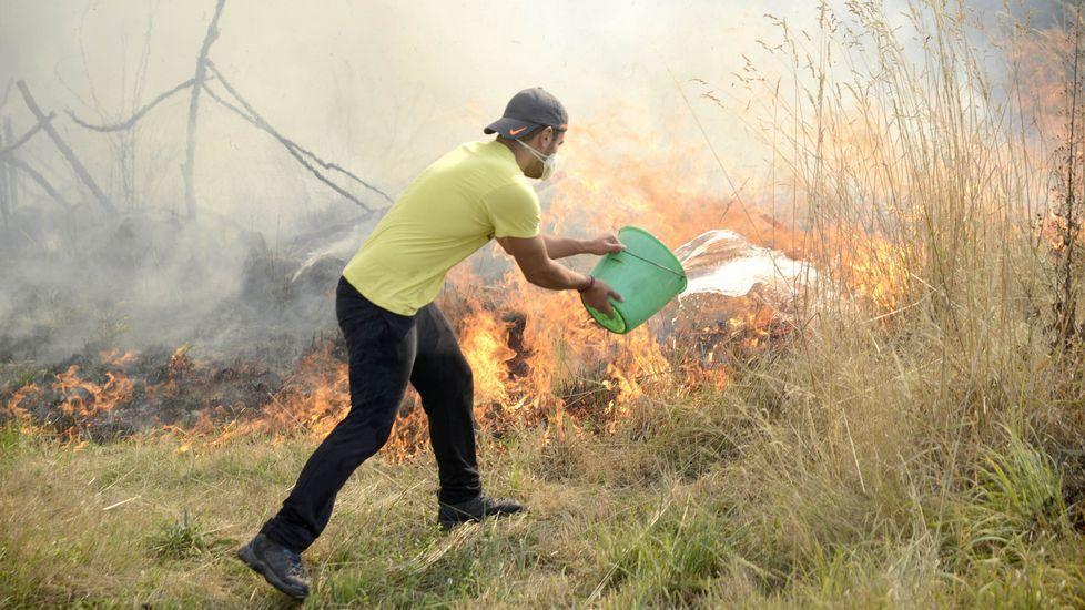 La alerta por la cercanía del fuego a viviendas se mantiene en Entrimo y Monterrei