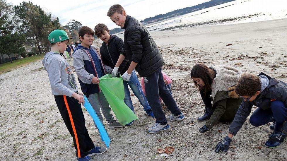 Limpieza en la playa de Barraña a cargo de 50 escolares dirigidas por el GALP Ría de Arousa.