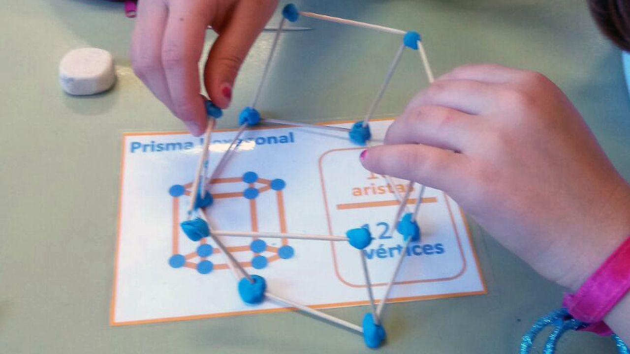 Alumnos de primero del colegio de Lugo de Llanera trabajan con los materiales de geometría elaborados por el maestros Carlos Gil