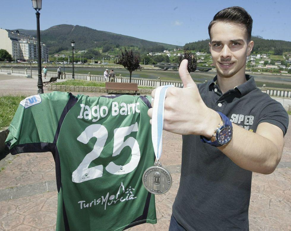 Subcampeón de España. Solo jugó dos partidos en ElPozo, pero Iago se coronó con los murcianos subcampeón de liga en 2015. En la imagen posa con su camiseta y su medalla en Viveiro.