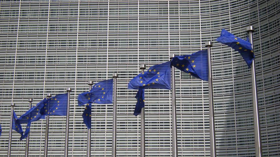 Culturgal: a festa da cultura galega.Banderas delante de la sede de la Comisión Europea