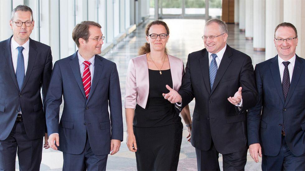 Los miembros del Consejo de Expertos Económicos del Gobierno de Alemania.George Stathakis, ministro griego de Economía, y Euclid Tsakalotos, titular de Finanzas