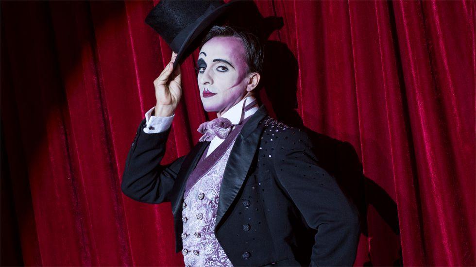 Armando Pita, como Emcee, en «Cabaret»