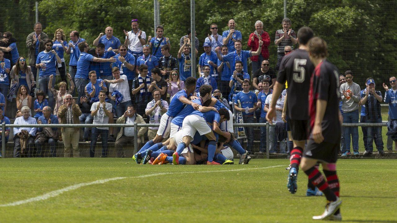 Jugadores del Vetusta celebran el gol al Arenas de Getxo