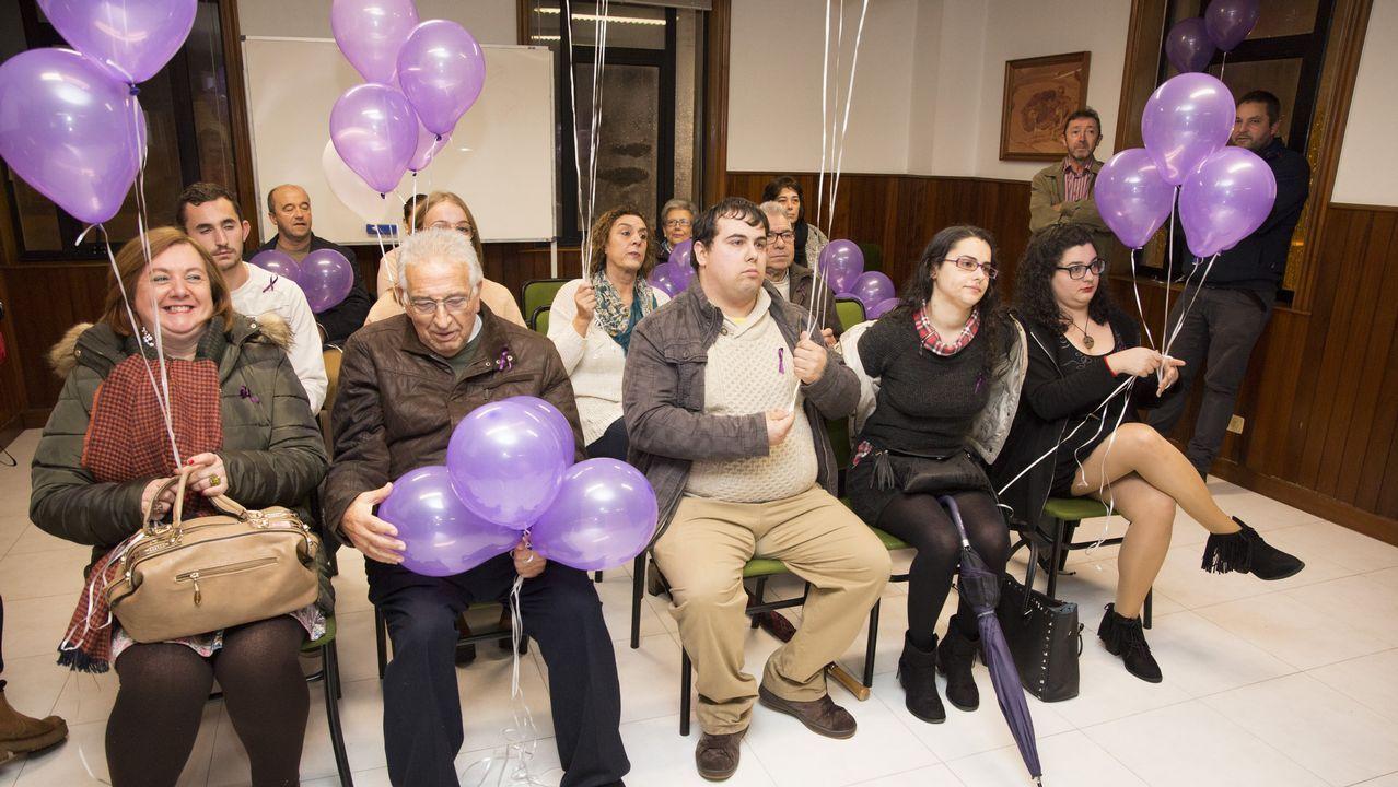 Malpica. Reparto y suelta de globos por el 25N