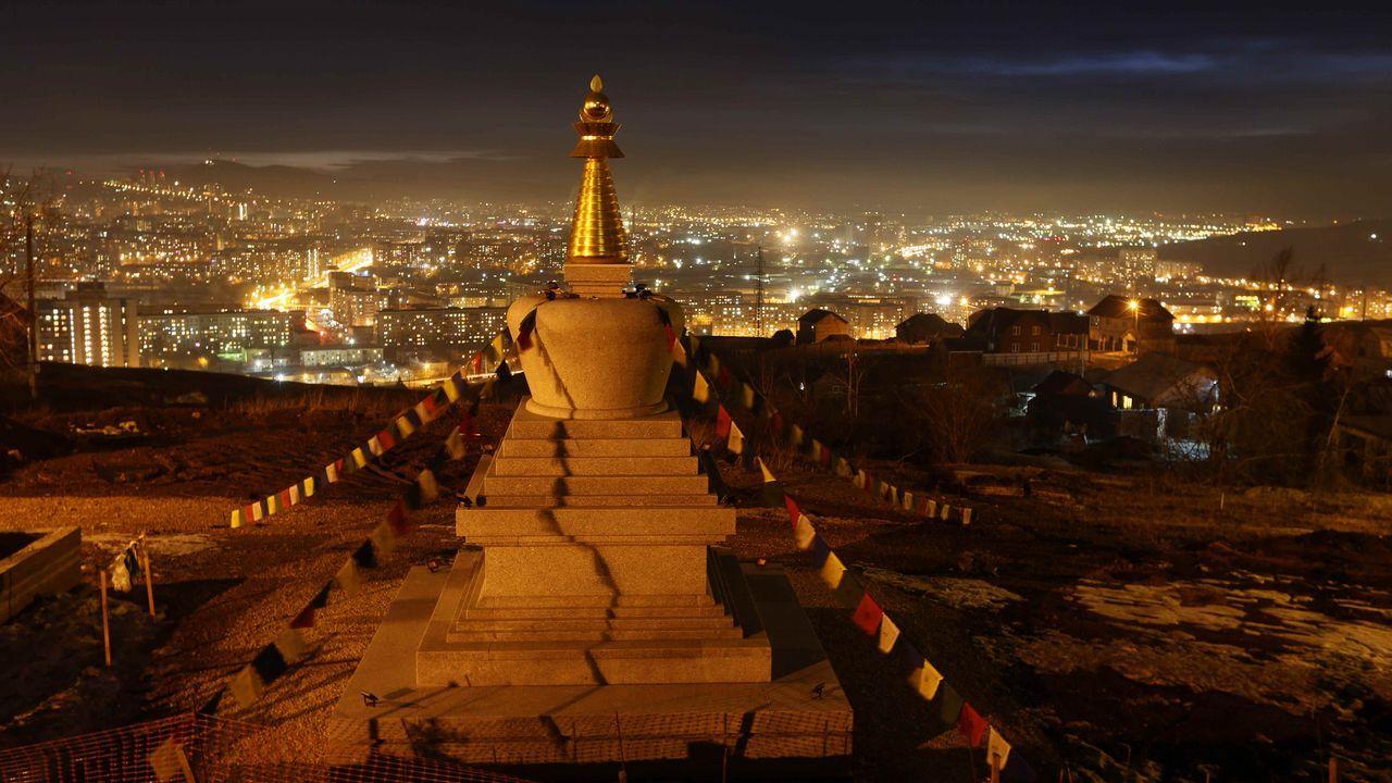 Vista de un monumento religioso en Krasnoyarsk (Rusia) durante el apagado de luces