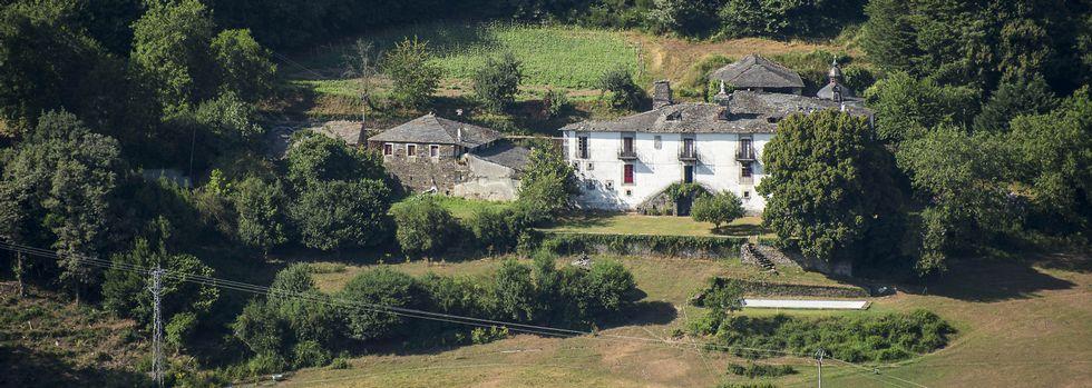 Imágenes de la antigua ruta del Camiño das Fontes.La maleza crece en el área recreativa de Val do Mao, cerca del santuario de San Eufrasio.
