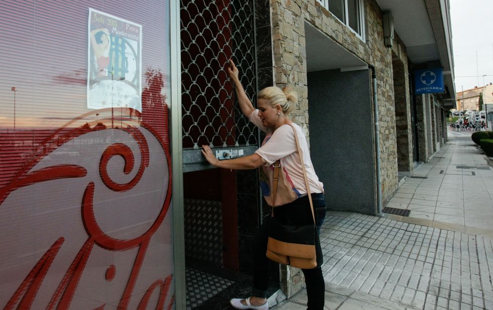 Abelliñas de Oleiros cantan «Madre Tierra».<span lang= es-es >Cierre de comercios</span>. Parte de los negocios de Sada echaron ayer el cierre una hora antes, a las 19.30 horas, para protestar contra la decisión del gobierno local de no comprar el hotel.