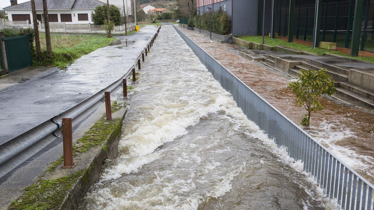 El temporal inunda Vimianzo y deja fuerte oleaje en la costa.Gutiérrez también anuncia nuevas obras para garantizar al abastecimiento en períodos de sequía