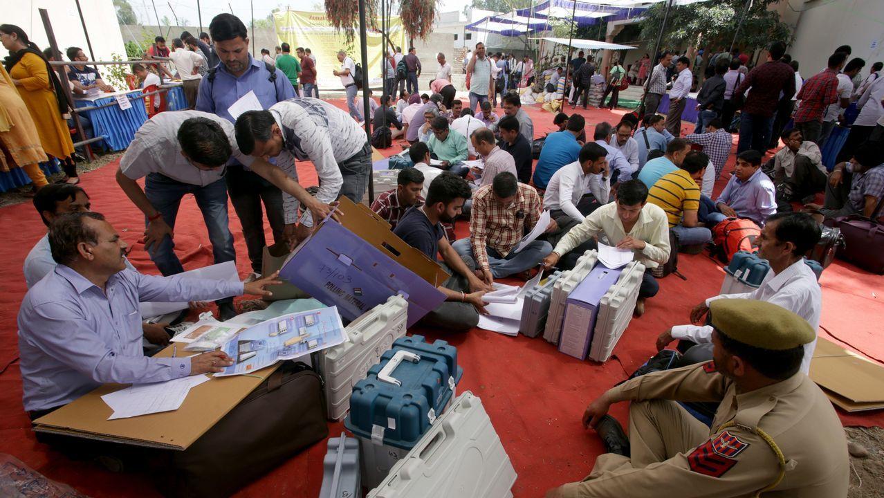 Delegados electorales reciben las máquinas de votación un día antes del comienzo de las votaciones en Janmu, en la Cachemira india