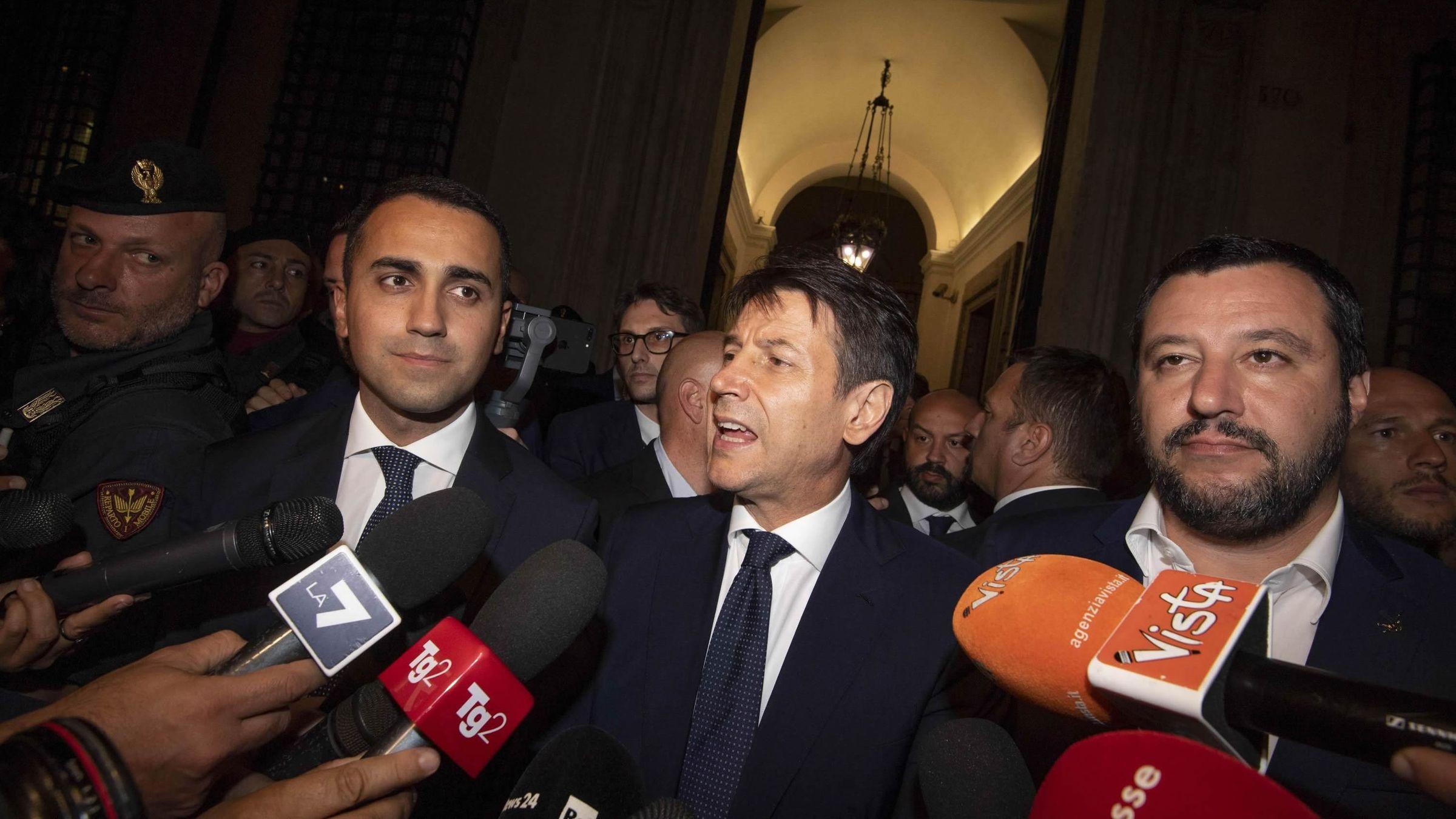 Guiuseppe Conte y sus dos vicepresidentes en el exterior del Palacio Chigi en Roma
