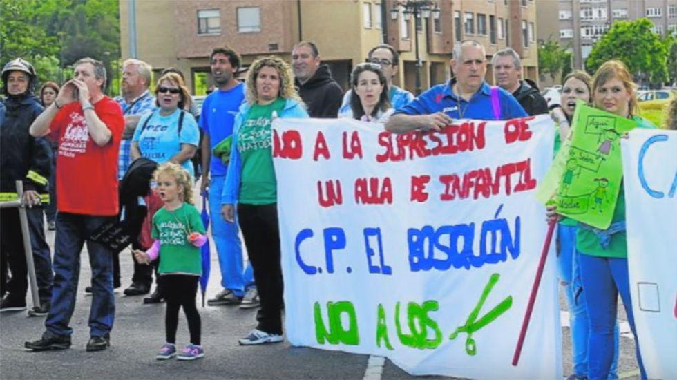 «Devuélvenos el aula que nos has quitao».El Puente Romano, en Cangas de Onís
