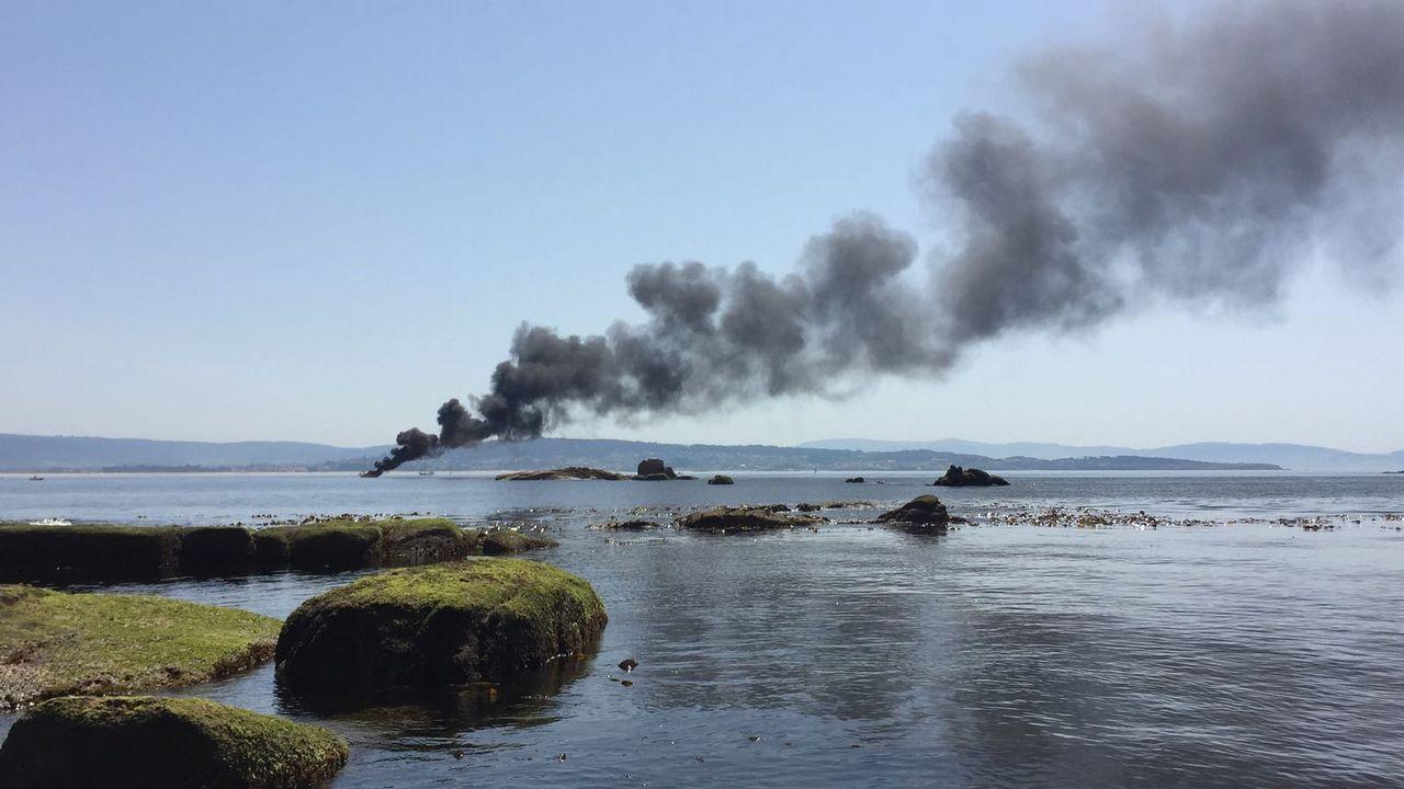 Explosión de una embarcación junto al puerto de Pedras Negras.La embarcación quedó muy afectada por el fuego, del que todavía se desconocen las causas