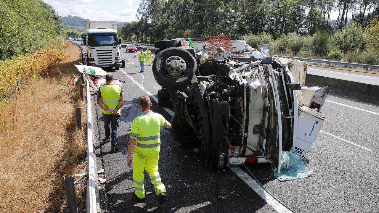 El vuelco de un camión corta la autopista en Barro