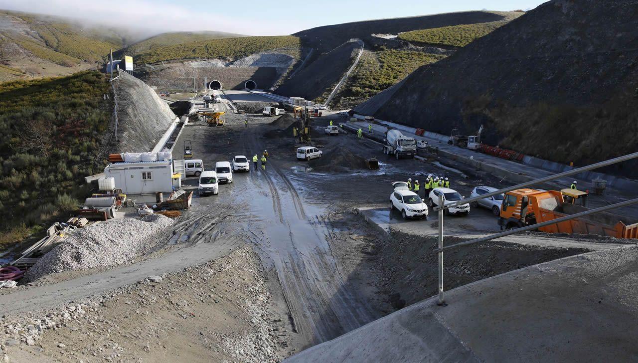 Renfe denunciará a los pasajeros que ocasionaron incidentes y el retraso del AVE.Alberto Núñez Feijóo participó en Santiago en un acto de entrega de certificados de experiencia profesional