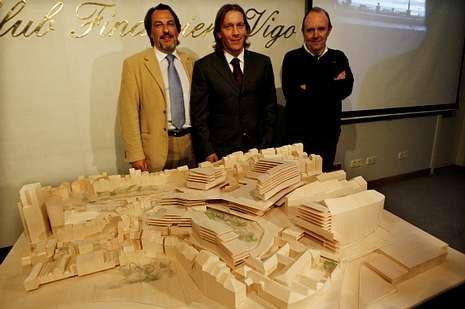 José Crespo y Michel Salgado (socios de Karpin) con el ambicioso proyecto y su autor, Alfonso Penela.