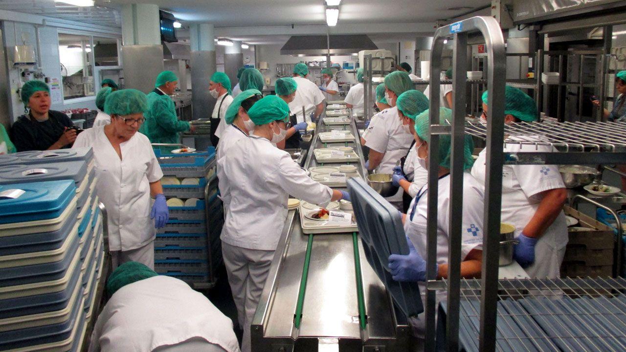 Preparación del menú especial del 50 cumpeaños en el Hospital de Cabueñes