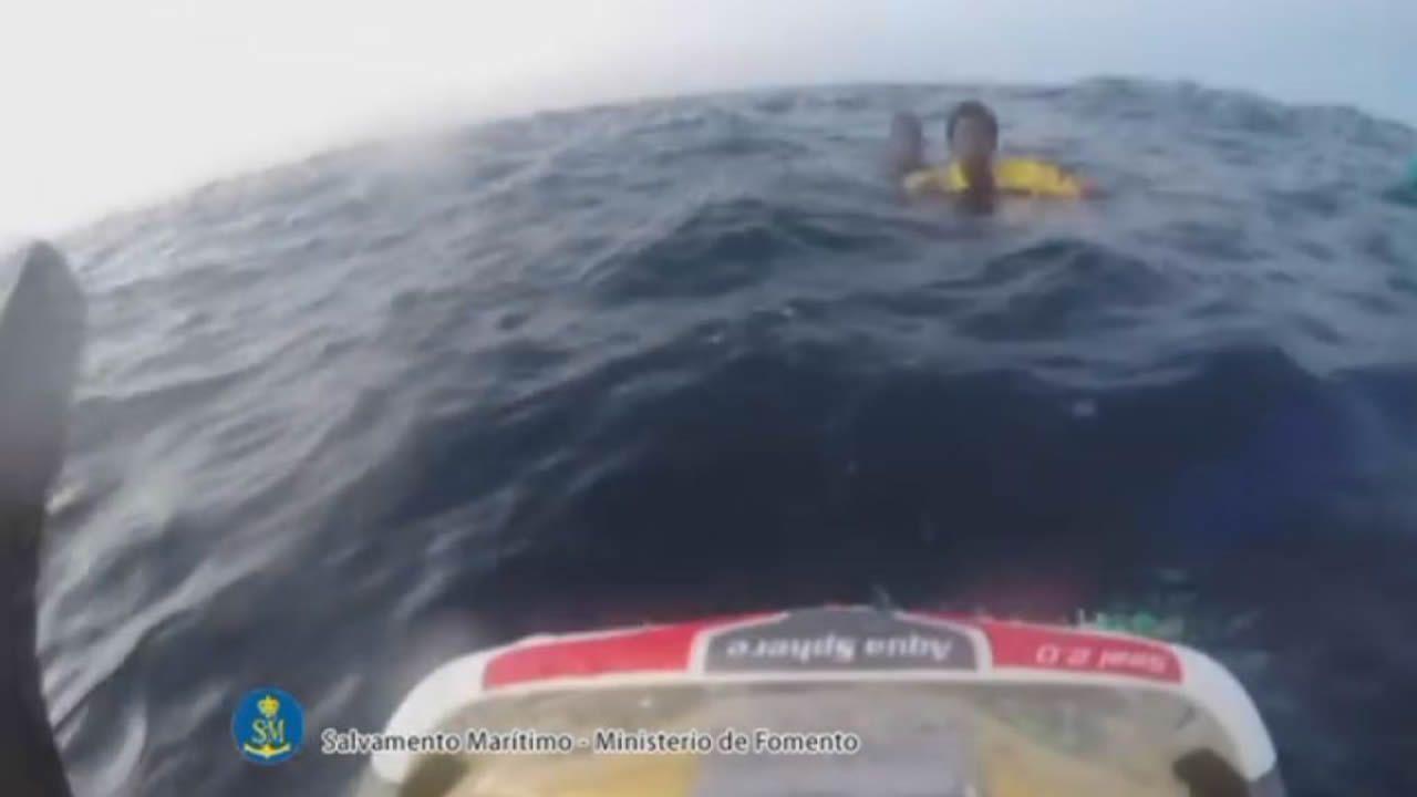 Agónico rescate en el mar de Alborán de dos inmigrantes que estaban en el agua.