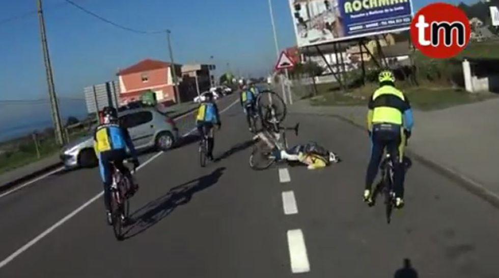 Arrolla a un ciclista en Oia y se da a la fuga