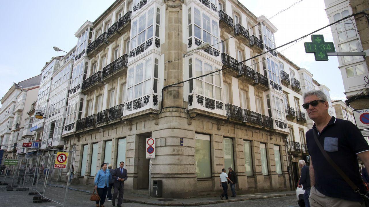 Casado aterriza en Asturias.El edificio está situado en la plaza de Armas, en la confluencia de las calles Real y Tierra