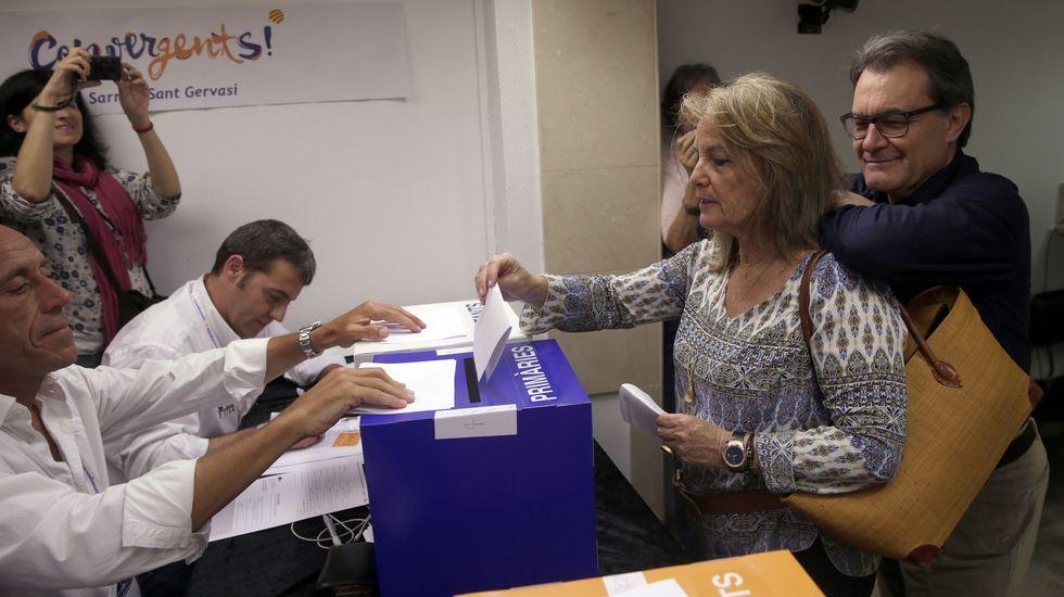 .Artur Mas, con su mujer, en la votación