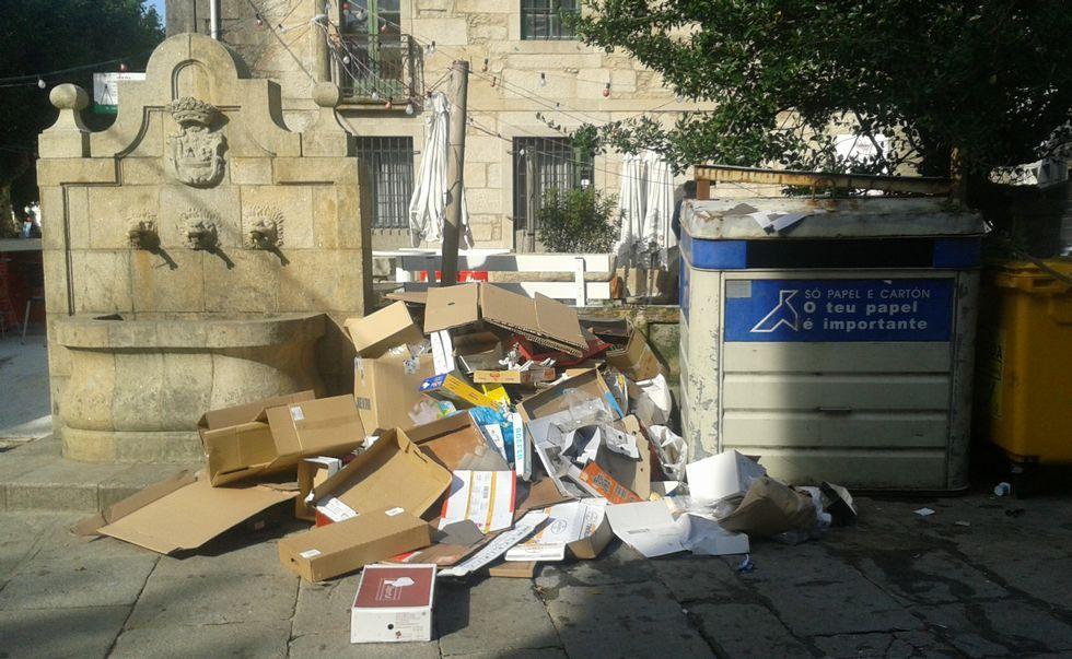 La basura rebosando los contenedores es una de las imágenes que afean el centro de Padrón.