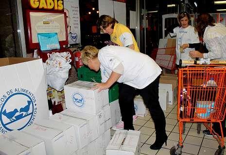 .La Gran Recogida Solidaria siguió ayer sumando kilos de comida en Vigo.