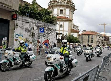 La cabecera de la comitiva de la Vuelta, con la Guardia Civil, abriendo paso, el año pasado.