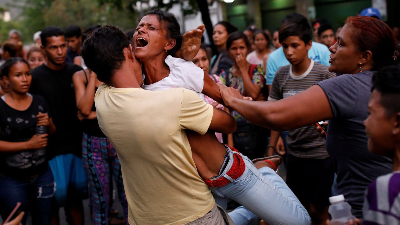 Al menos 68 muertos en un motín en unos calabozos de la policía en Venezuela.